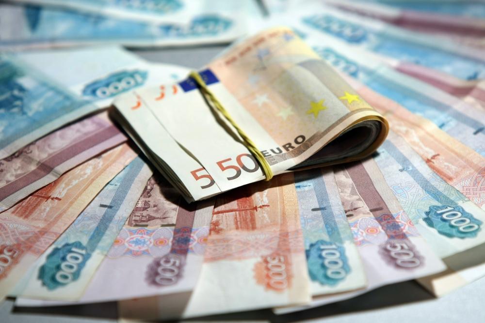 Рубль укрепляется после падения