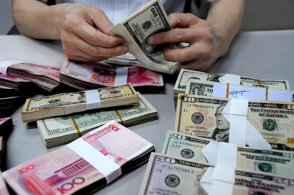 Рубль незначительно падает