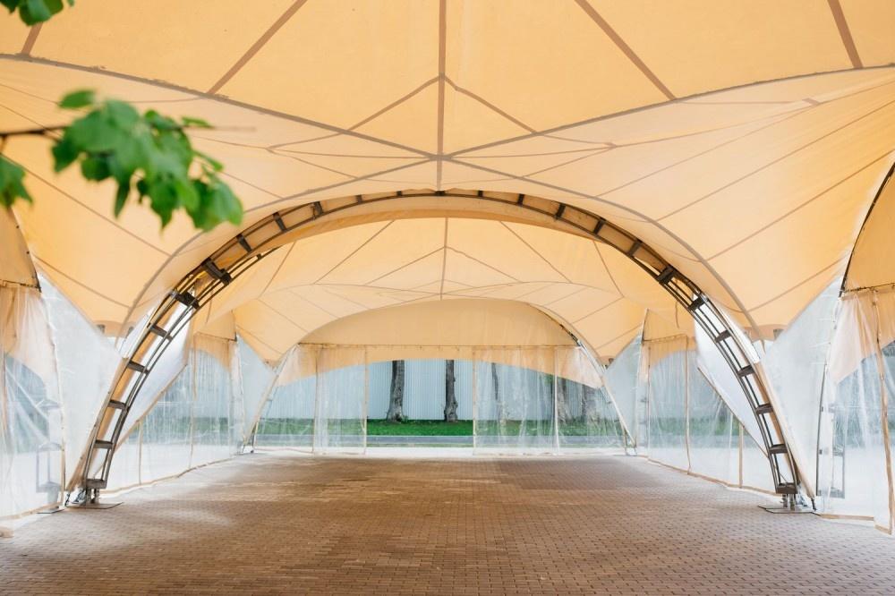 Быстро возводимый шатер от солнечных лучей
